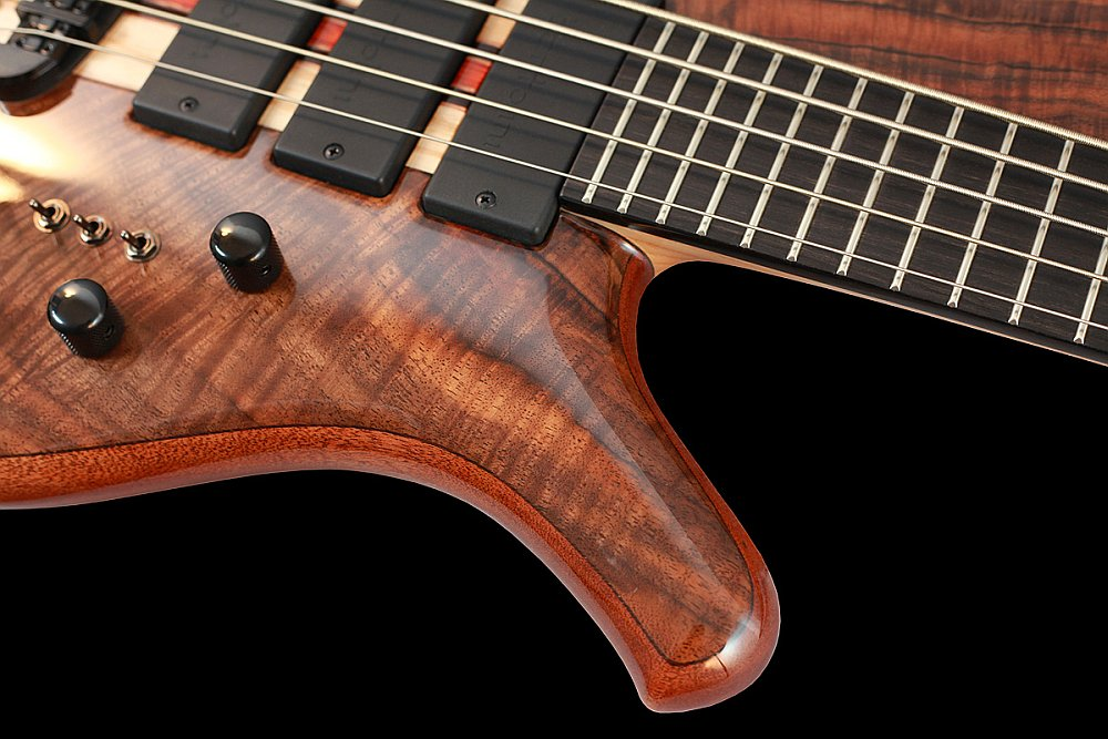 Mayones Sonorious Classic 5 Walnut Claro Trans Natural Gloss finish - Easy access to the upper frets