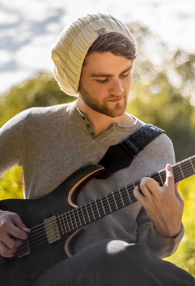 artist_guitar_zach_munowitz